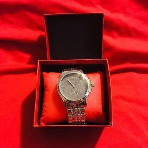 Woman's Gucci Watch (Silver)